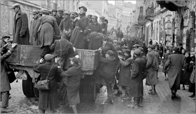 Bundesarchiv Bild 101I-134-0766-24, Polen, Ghetto Warschau, Juden auf LKW od 00-131 do 00-132 - Zdjęcia