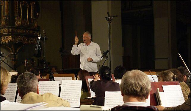 Krzesimir Debski jako dyrygent podczas nagrania Cosmopolis (2008-06-03) 87-100 - Zdjęcia